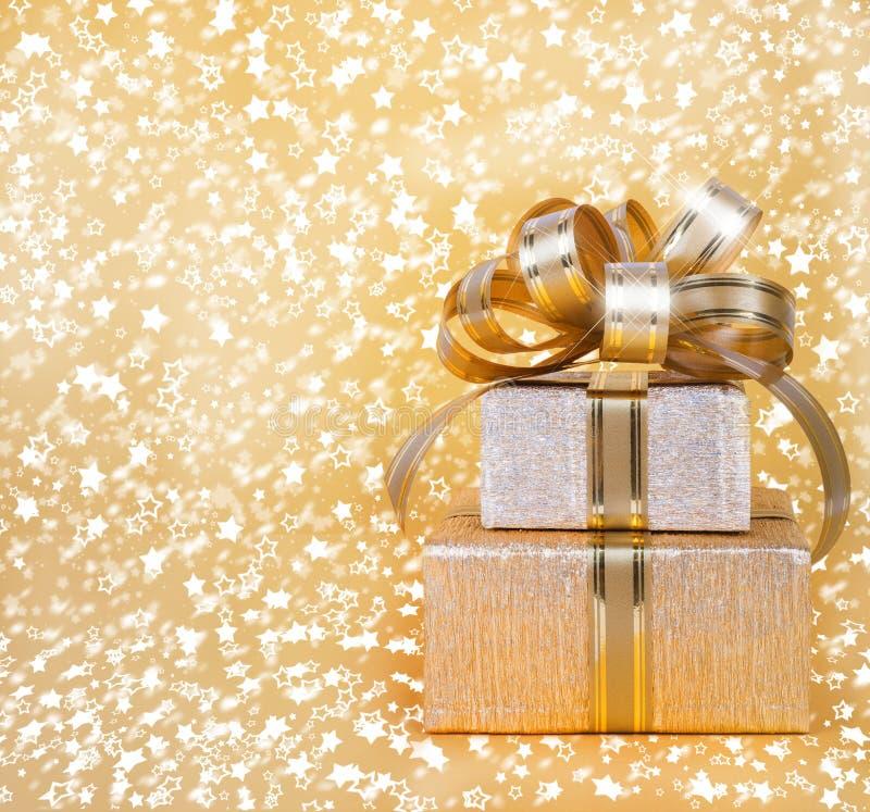 Caja de regalo en papel de embalaje del oro imágenes de archivo libres de regalías