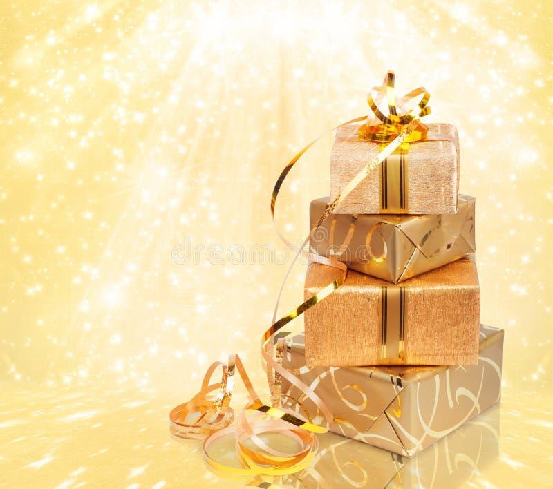 Caja de regalo en papel de embalaje del oro foto de archivo libre de regalías