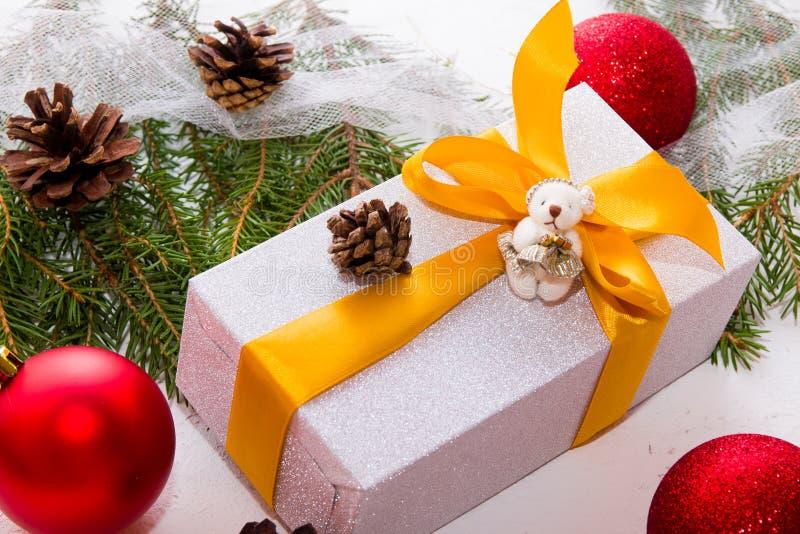 Caja de regalo en papel de embalaje fotografía de archivo libre de regalías