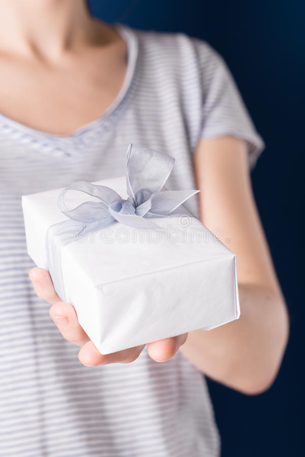 Caja de regalo en una mano foto de archivo
