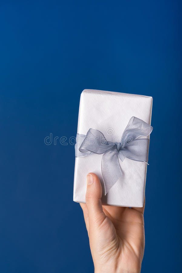 Caja de regalo en una mano fotografía de archivo libre de regalías