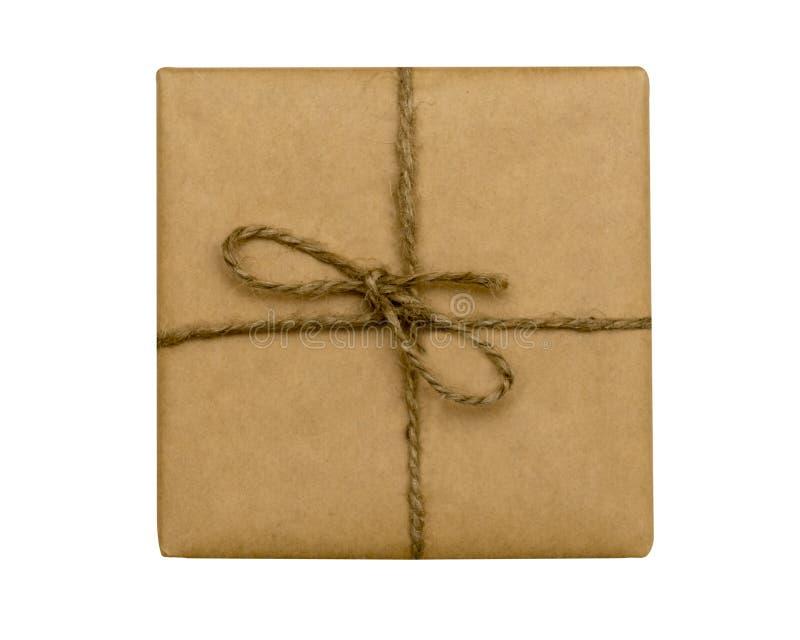 Caja de regalo envuelta del vintage con el arco de la cinta de la cuerda, aislado en blanco fotografía de archivo libre de regalías