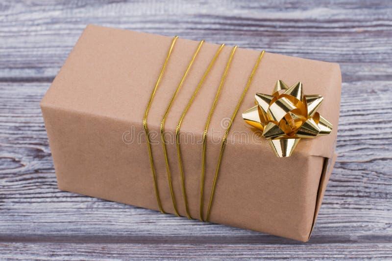 Caja de regalo envuelta en el papel de Kraft imágenes de archivo libres de regalías