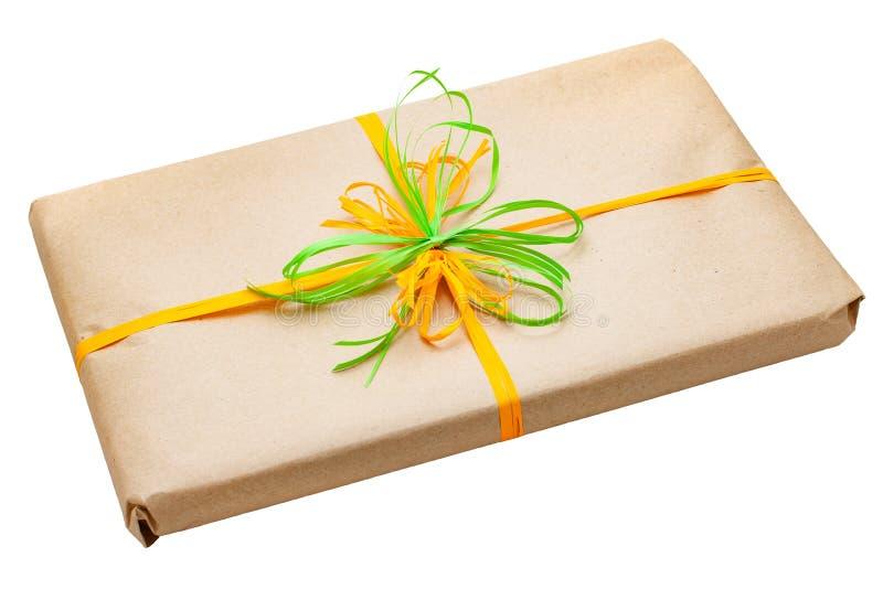 Caja de regalo envuelta en papel reciclado marrón fotos de archivo libres de regalías