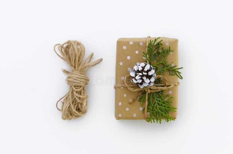 Caja de regalo envuelta en papel reciclado marrón y la opinión superior atada de la cuerda del saco aislados en el fondo blanco,  imágenes de archivo libres de regalías