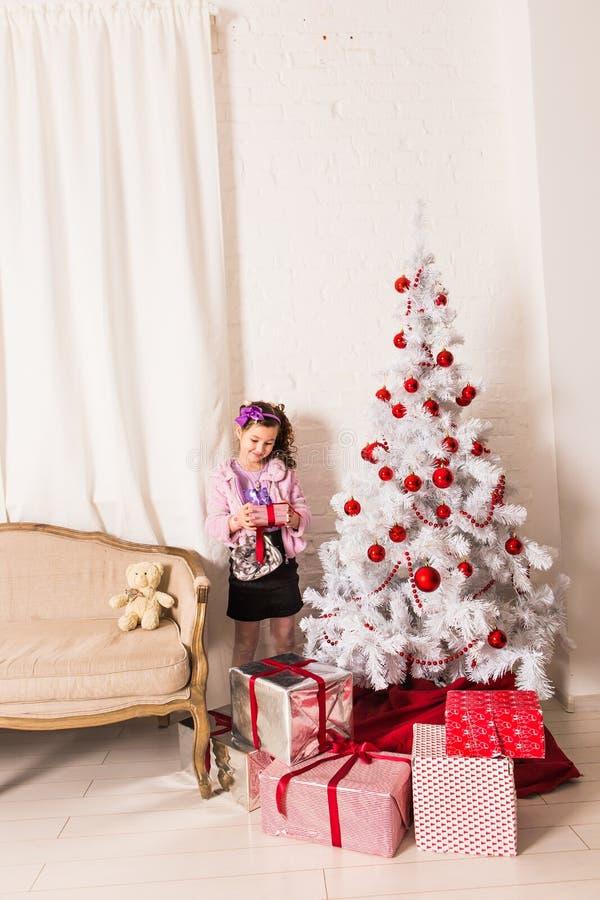 Caja de regalo feliz de la Navidad de la abertura del niño imágenes de archivo libres de regalías
