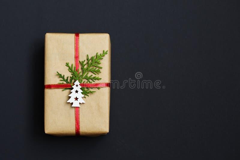 Caja de regalo hecha a mano de la Navidad adornada con el documento del arte y el árbol de navidad blanco sobre la opinión superi fotos de archivo