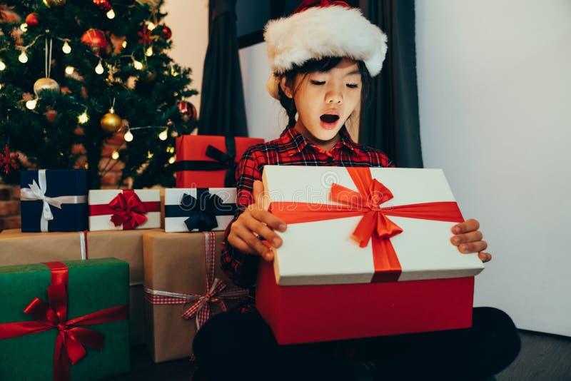 Caja de regalo de la abertura de la niña con sorprendido imágenes de archivo libres de regalías