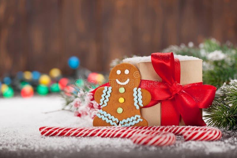 Caja de regalo de la Navidad, bastones de caramelo, hombre de pan de jengibre y árbol de abeto de la nieve Tarjeta de felicitació imagen de archivo libre de regalías