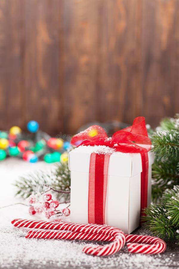 Caja de regalo de la Navidad, bastones de caramelo y árbol fotos de archivo