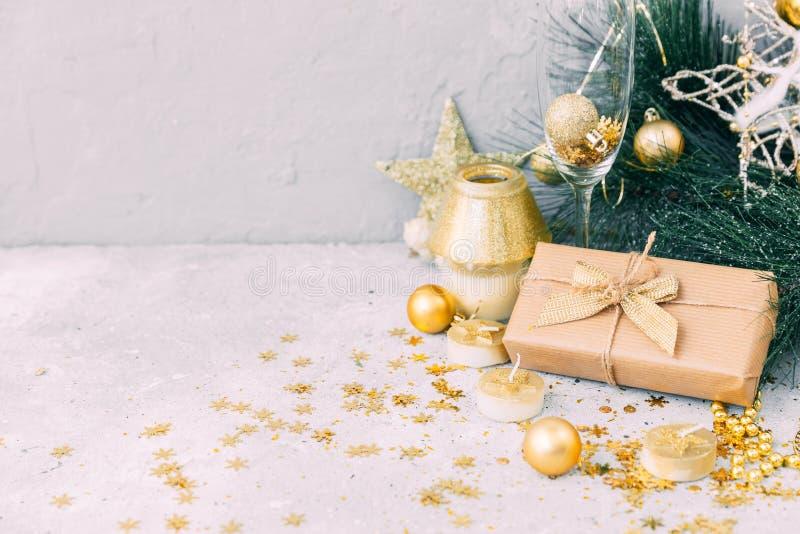 Caja de regalo de la Navidad con las decoraciones del oro Fondo del Año Nuevo imagenes de archivo