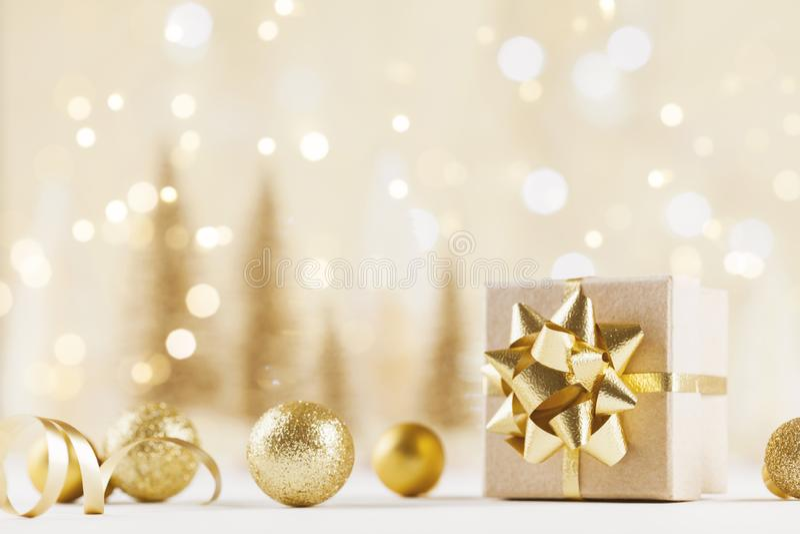 Caja de regalo de la Navidad contra fondo de oro del bokeh Tarjeta de felicitación del día de fiesta imagenes de archivo