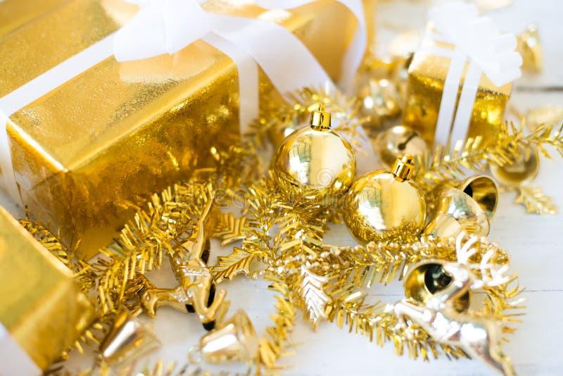 Caja de regalo de la Navidad en el fondo de madera blanco del panel imagen de archivo libre de regalías