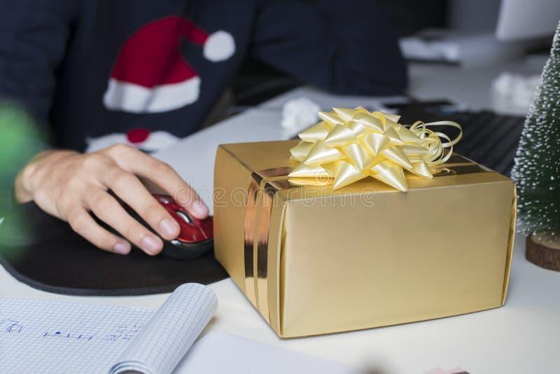 Caja de regalo de la Navidad en oficina imagen de archivo