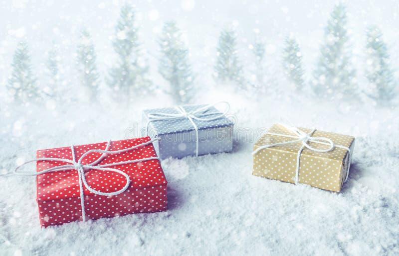 Caja de regalo de la Navidad, presente en fondo de la nieve Por conceptos de la Navidad o A?o Nuevo, ideas de la celebraci?n imagen de archivo