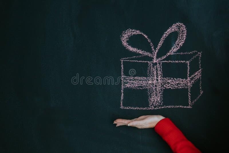 Caja de regalo a mano imagenes de archivo