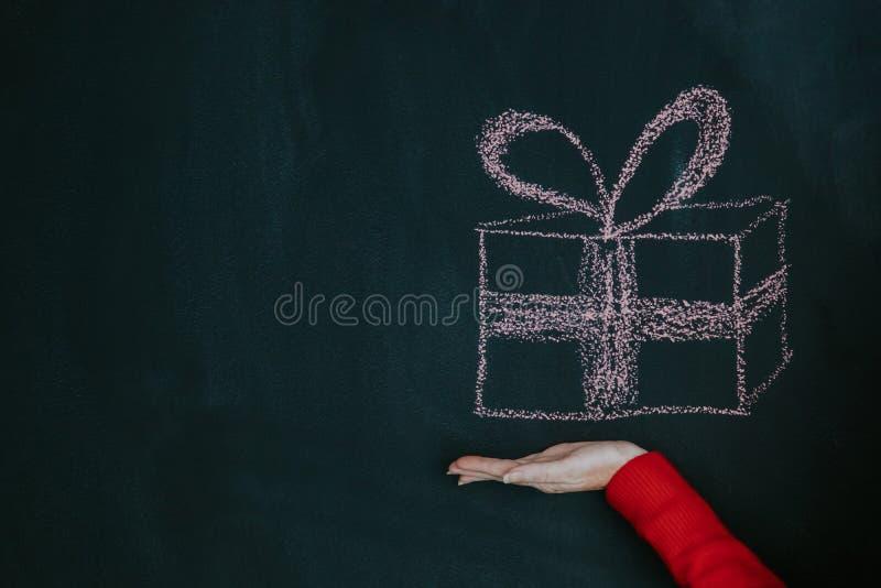 Caja de regalo a mano fotografía de archivo libre de regalías