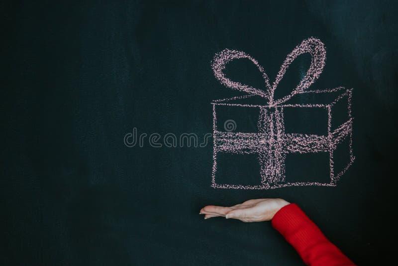 Caja de regalo a mano imagen de archivo libre de regalías