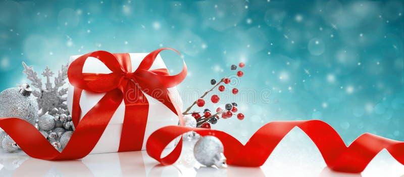 Caja de regalo de Navidad roja y azulejos sobre fondo azul imágenes de archivo libres de regalías