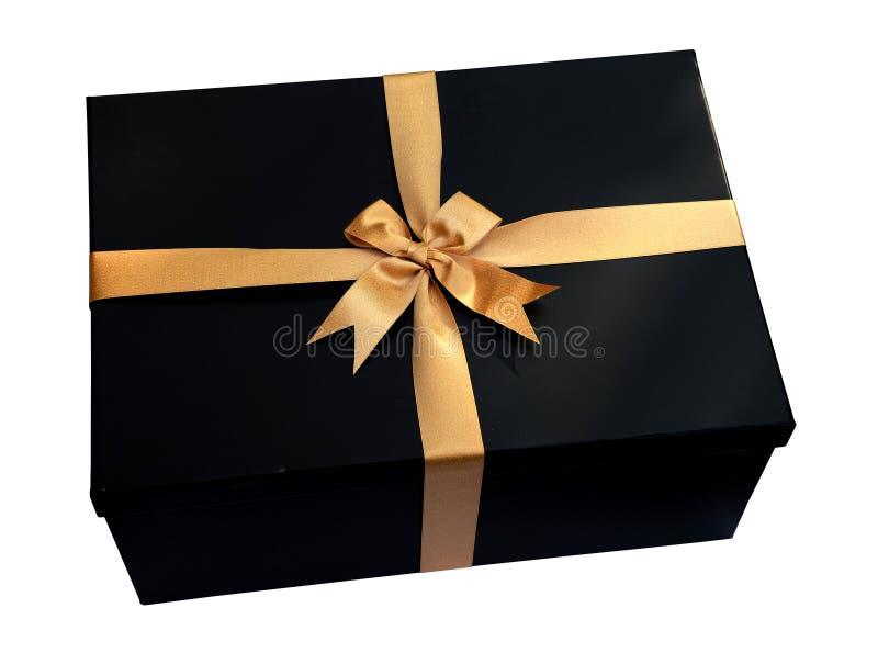 Caja de regalo negra con la cinta del oro y arco aislado en el blanco (trayectoria de recortes) foto de archivo libre de regalías