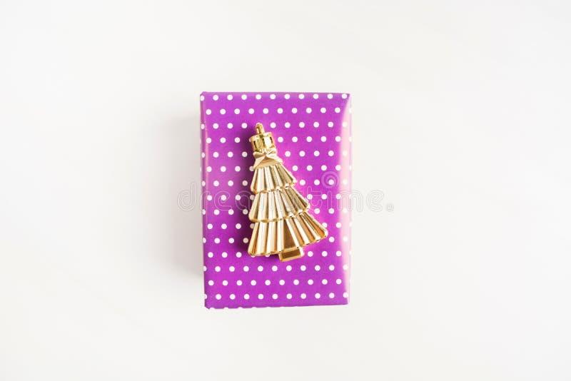 Caja de regalo púrpura o violeta con la decoración de oro del dtree de la Navidad foto de archivo libre de regalías