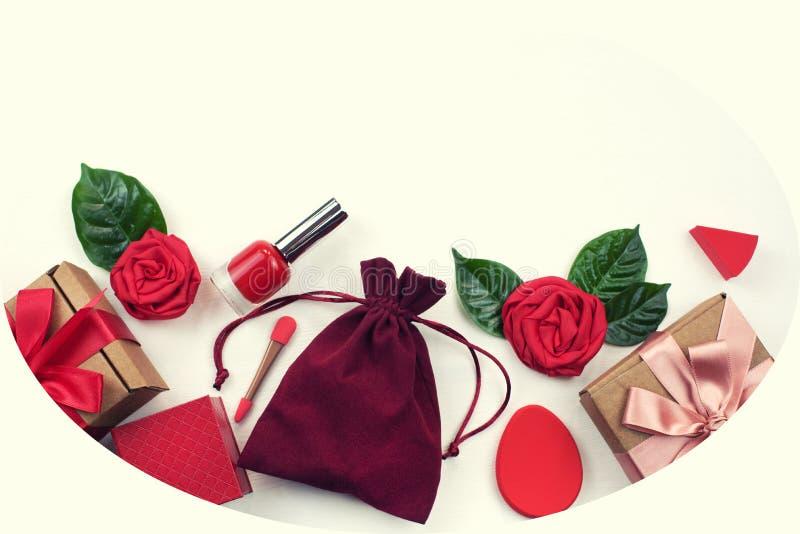 Caja de regalo que empaqueta women' esmalte de uñas de los cosméticos de los accesorios de s una vista superior del fondo bl libre illustration