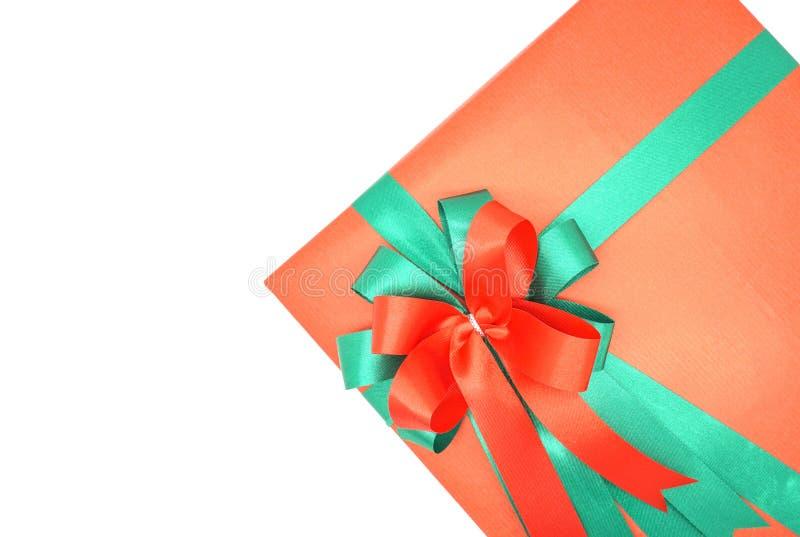 Caja de regalo roja con la cinta verde en un fondo blanco fotografía de archivo