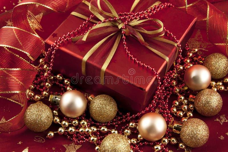 Caja de regalo roja con la decoración, vida inmóvil de la Navidad imagen de archivo libre de regalías