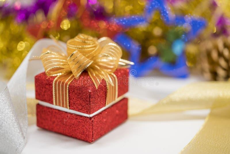 Caja de regalo roja de la Navidad con el fondo del bokeh fotos de archivo libres de regalías