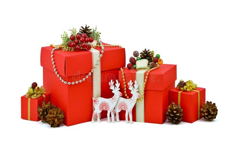 Caja de regalo roja y reno de madera Año Nuevo aislamiento imagen de archivo