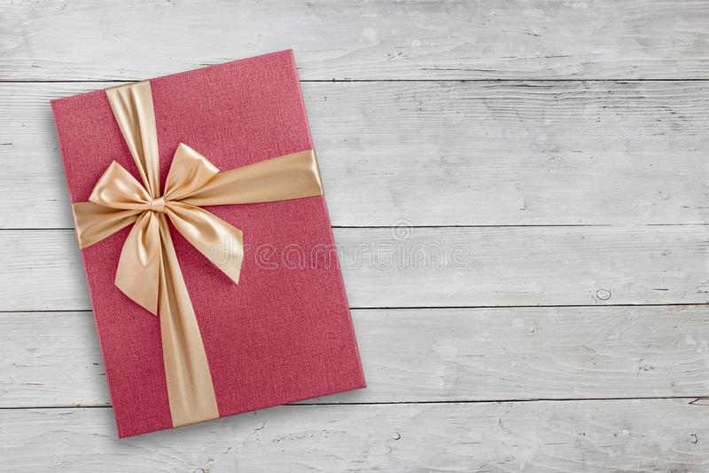 Caja de regalo rosada con la cinta de oro en la visión superior de madera fotos de archivo libres de regalías