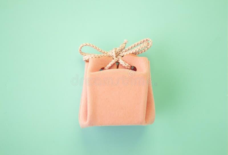 Caja de regalo rosada en un fondo azul Un regalo de vacaciones colorido Visi?n superior fotografía de archivo