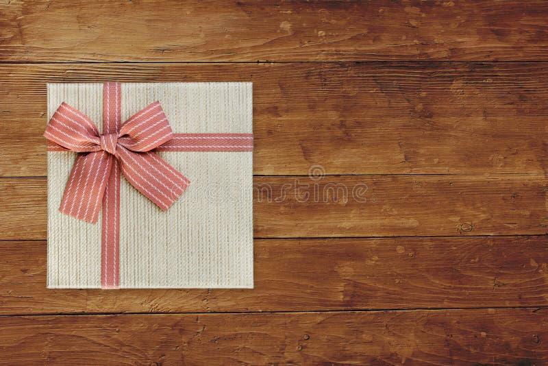 Caja de regalo sobre espacio de madera marrón de la copia de la visión superior fotografía de archivo