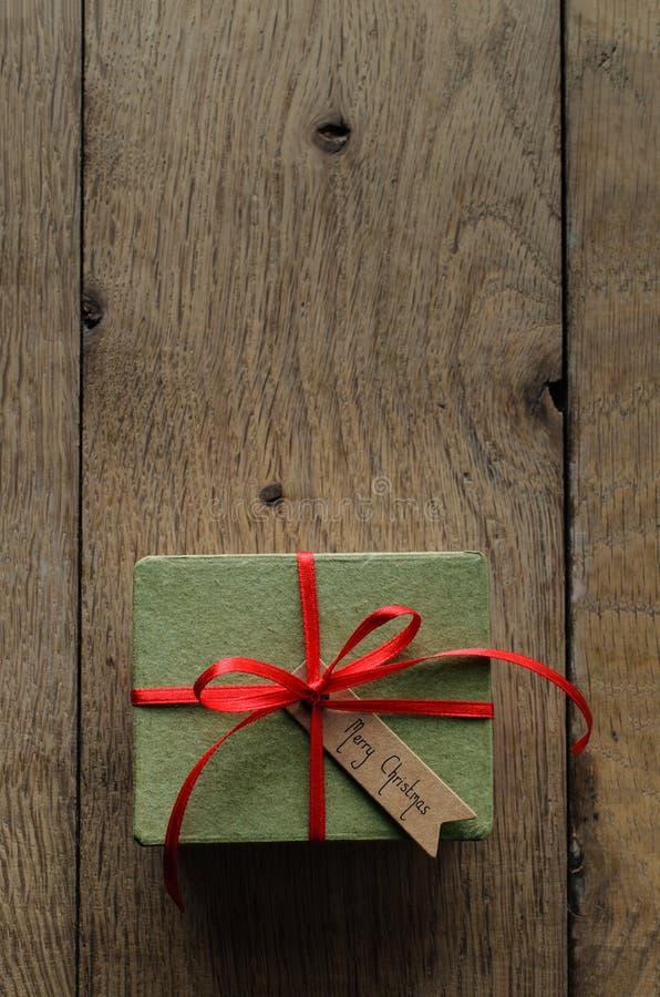 Caja de regalo verde llana con la Navidad roja del estilo de la cinta y del vintage imagenes de archivo