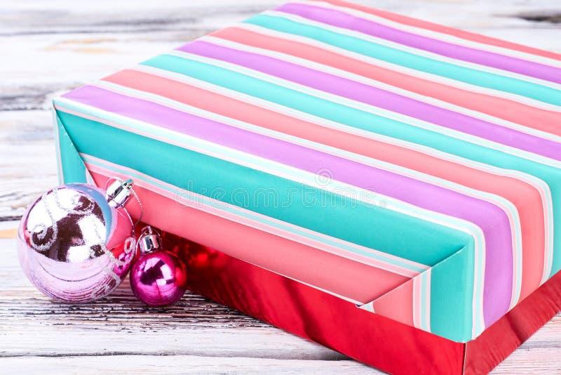 Caja de regalo y bolas coloridas de la Navidad fotos de archivo libres de regalías