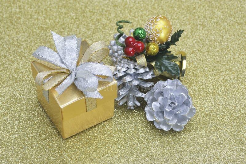 Download Caja De Regalo Y Ornamento De La Navidad En El Oro Foto de archivo - Imagen de nuevo, adorne: 64210050