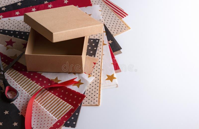 Caja de regalo y papeles de embalaje coloridos fotografía de archivo libre de regalías