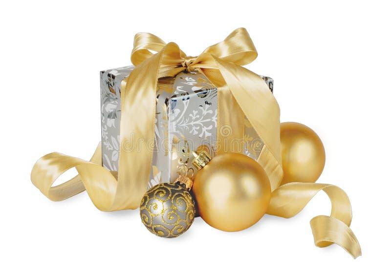 Caja de regalos con las bolas de la Navidad aisladas en blanco fotografía de archivo libre de regalías