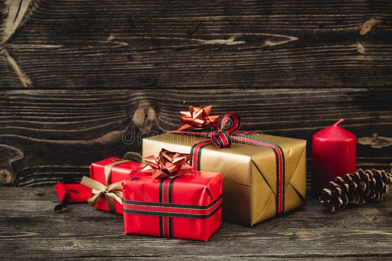 Caja de regalos de la Navidad presente en fondo de madera oscuro fotografía de archivo