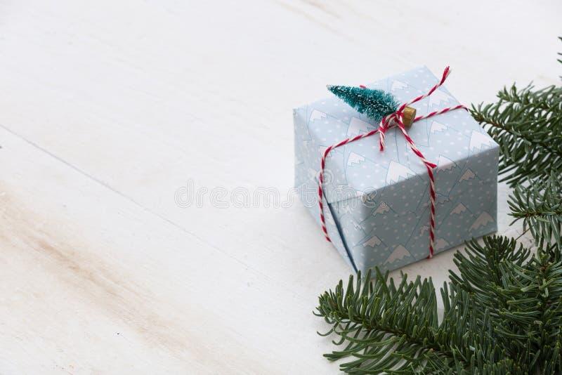 Caja de regalos de la Navidad que embala en la tabla de madera blanca Visi?n superior con el espacio de la copia fotos de archivo libres de regalías