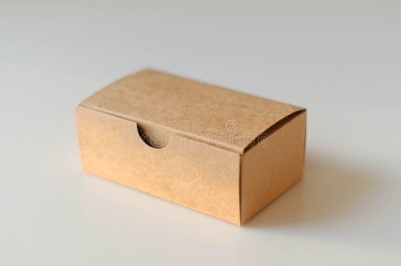 Caja de tarjeta de papel en el fondo blanco imagenes de archivo