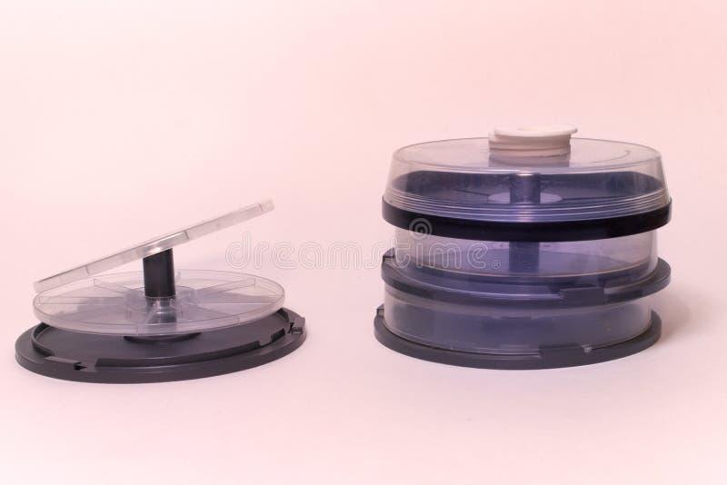 Caja de torta cd almacenamiento vacío para los Cdes, DVDs y BD en eje fotografía de archivo libre de regalías