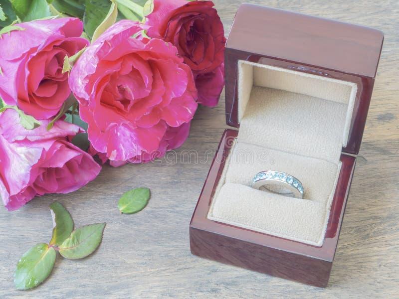 Caja del anillo y rosas rosadas fotografía de archivo