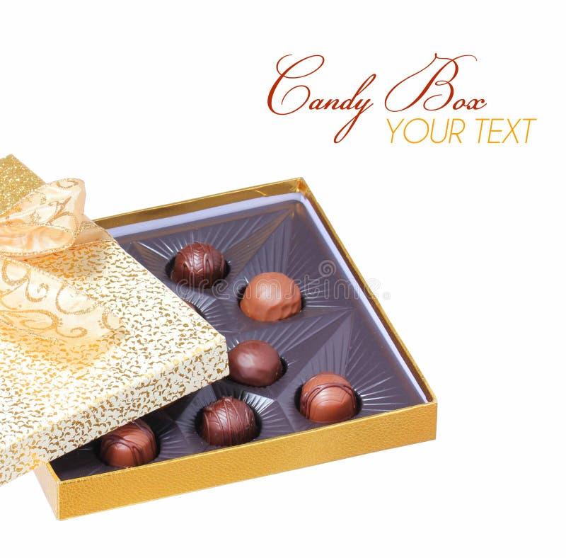 Caja del caramelo del oro con las trufas aisladas en blanco. Navidad foto de archivo libre de regalías