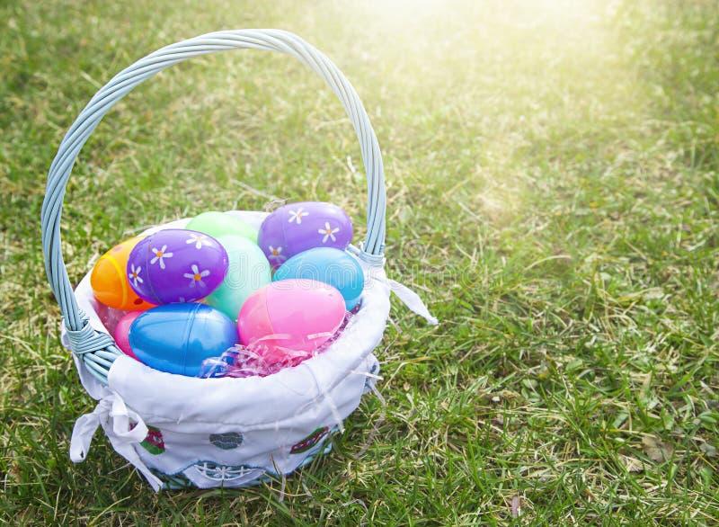 Caja del cartón con los huevos de Pascua fotografía de archivo libre de regalías