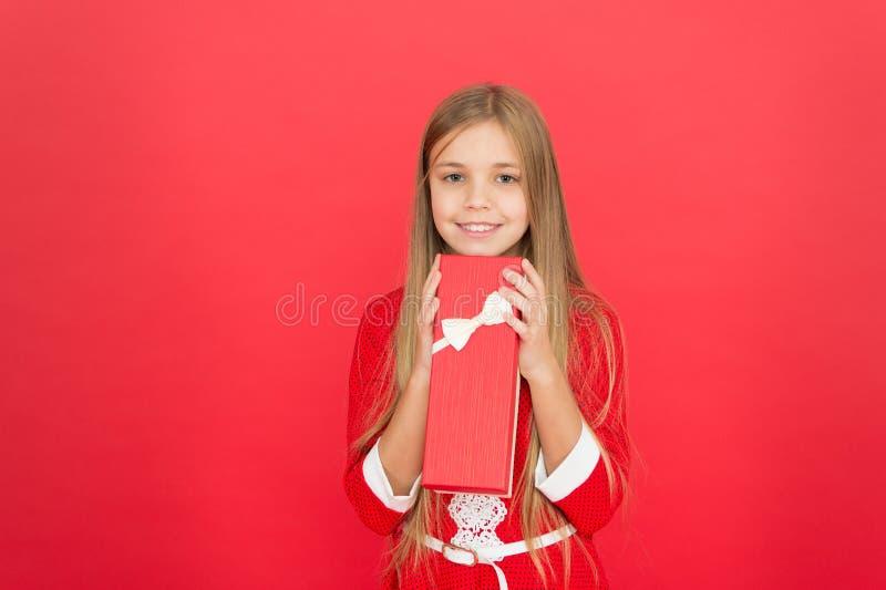 Caja del control de la muchacha actual El niño lleva el regalo envuelto con el arco de la cinta Concepto del feliz cumpleaños Com imagen de archivo