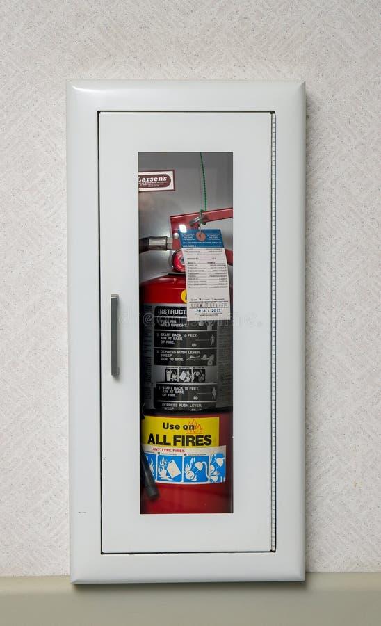 Caja del extintor en una pared foto de archivo