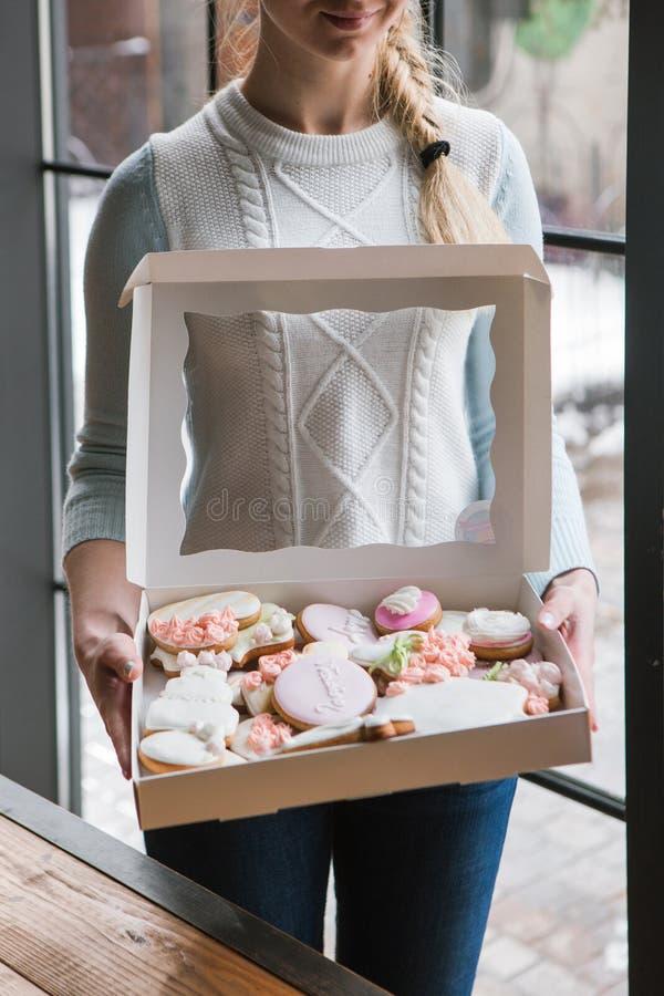 Caja del pan de jengibre con el mensajero de sexo femenino Entrega de la comida imagen de archivo
