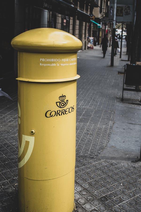 Caja del poste en una calle en Barcelona imágenes de archivo libres de regalías