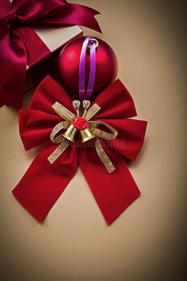 Download Caja Del Presente De La Bola Del Arco De La Navidad En De Oro Imagen de archivo - Imagen de hanging, colección: 64209825
